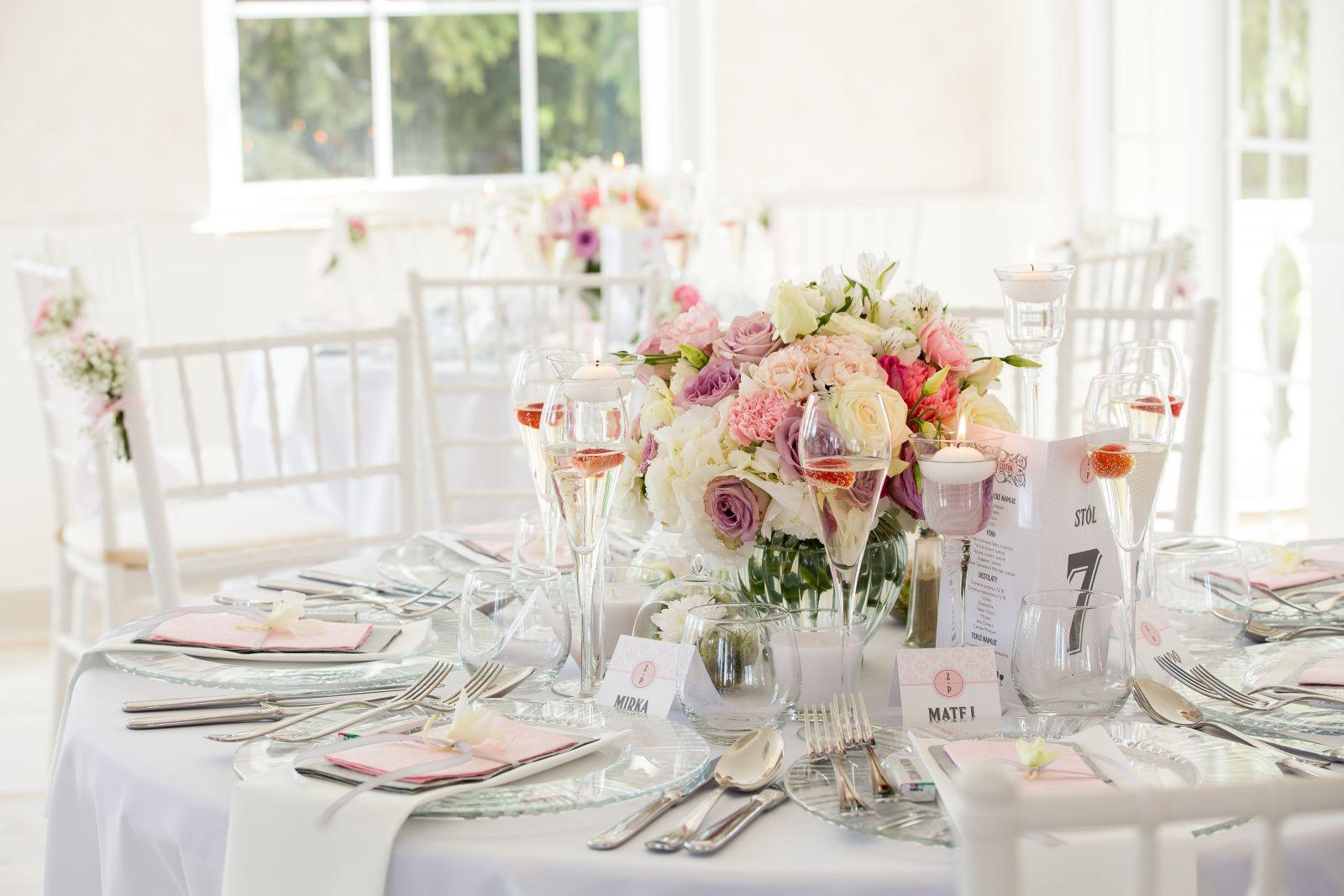 svadobná výzdoba okrúhle stoly